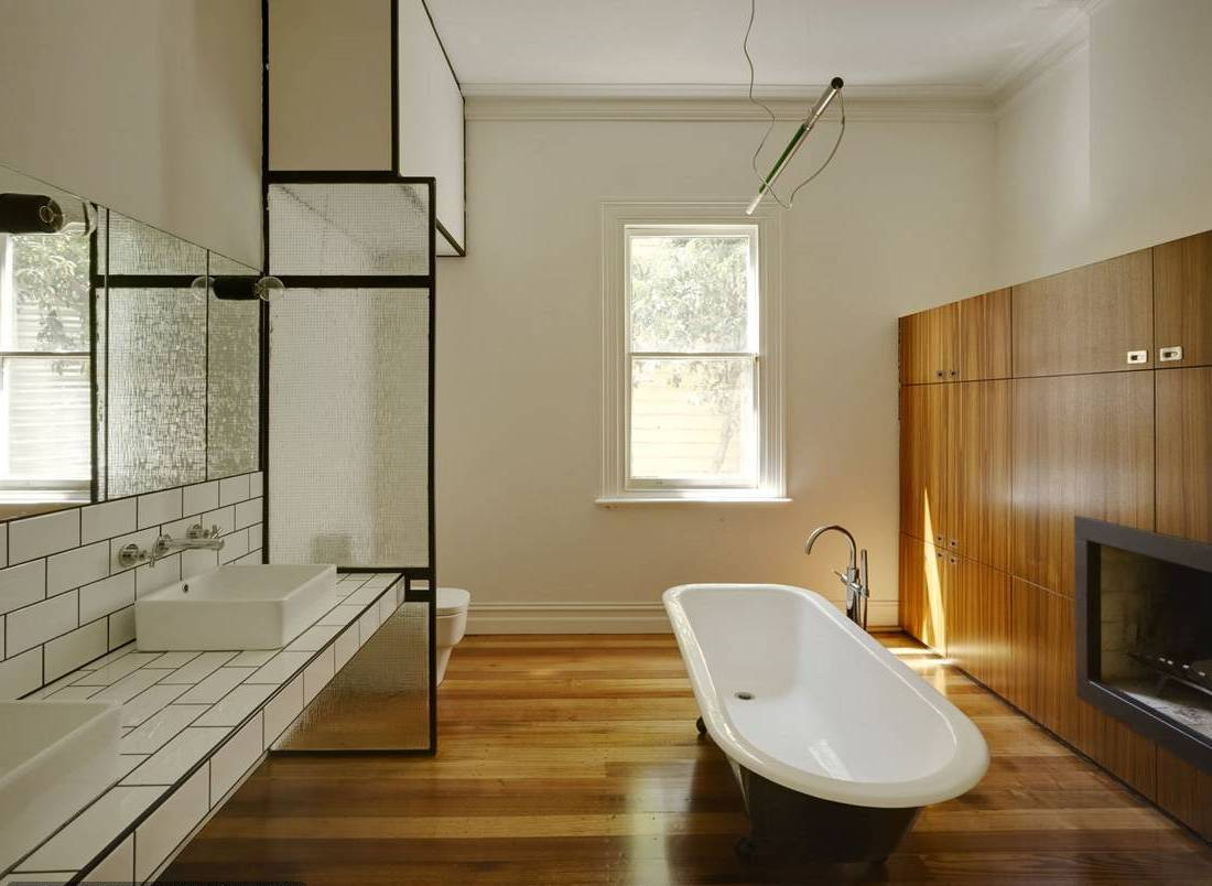 badezimmer holz mit rustikalem holzschrank und eingebautem kamin