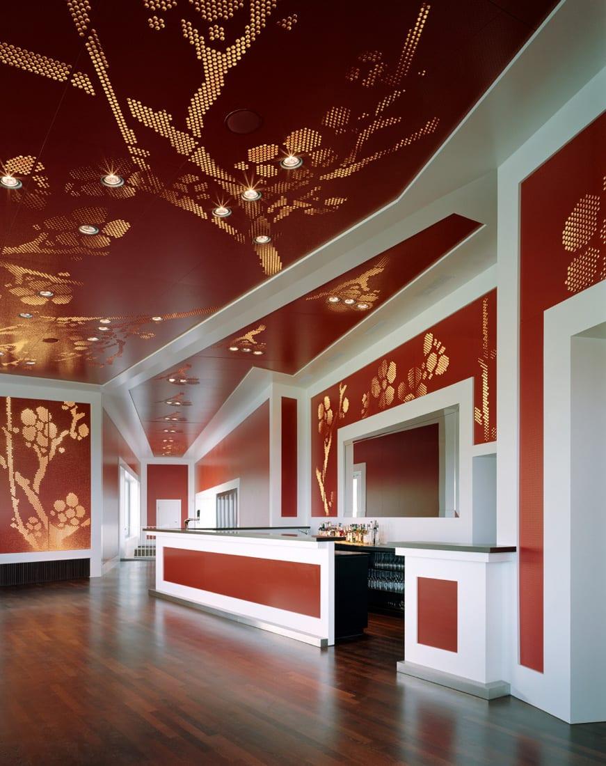 Farbgestaltung In Rot Und Weiß Mit Moderner Deckengestaltung Mit  Deckenbeleuchtung Und Rote Schallschutzpaneelen