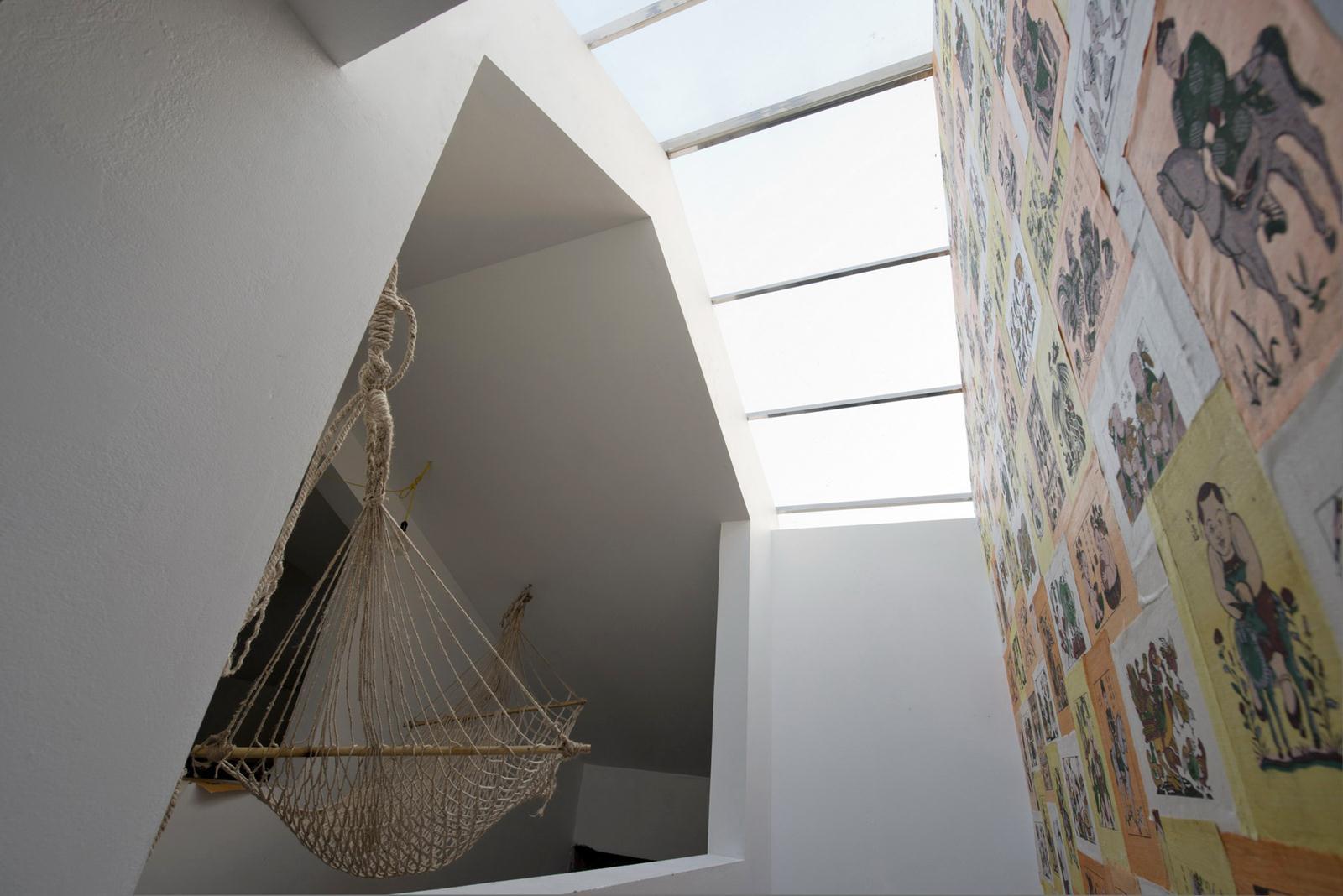 treppenraum mit glasdach und wanddeko mit gemälden