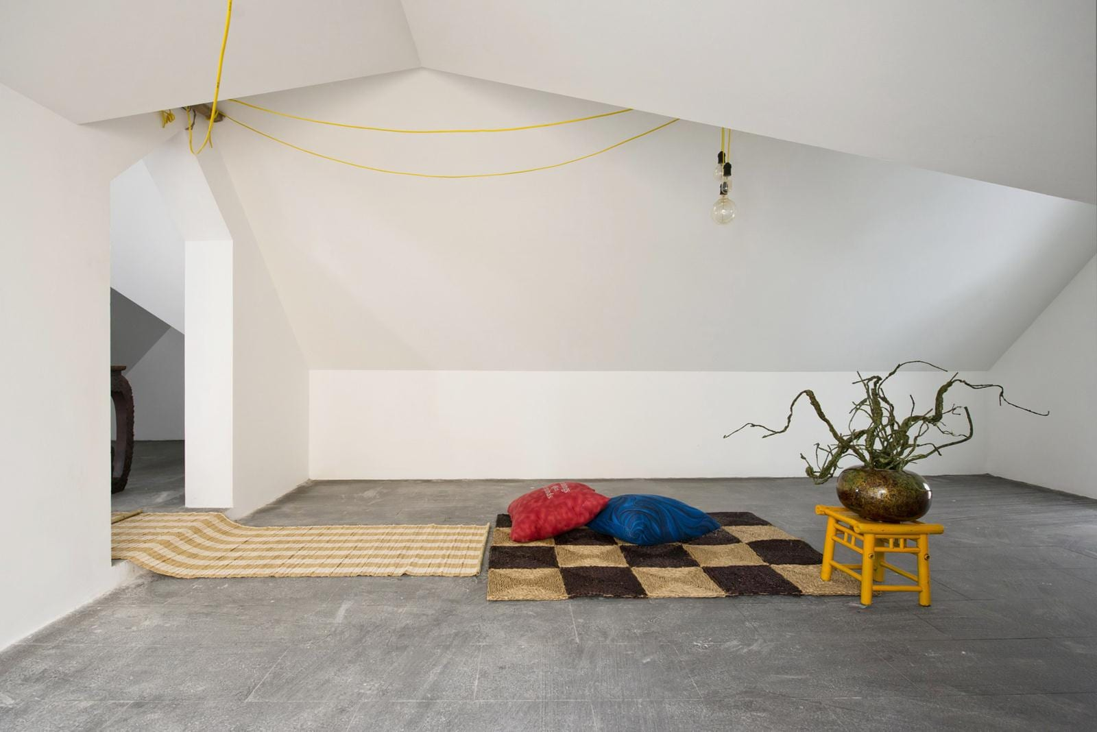 modernes Einrichtung mit Teppichen in beige und braun und mit kleinem Holzstühl gelb als Stehtisch