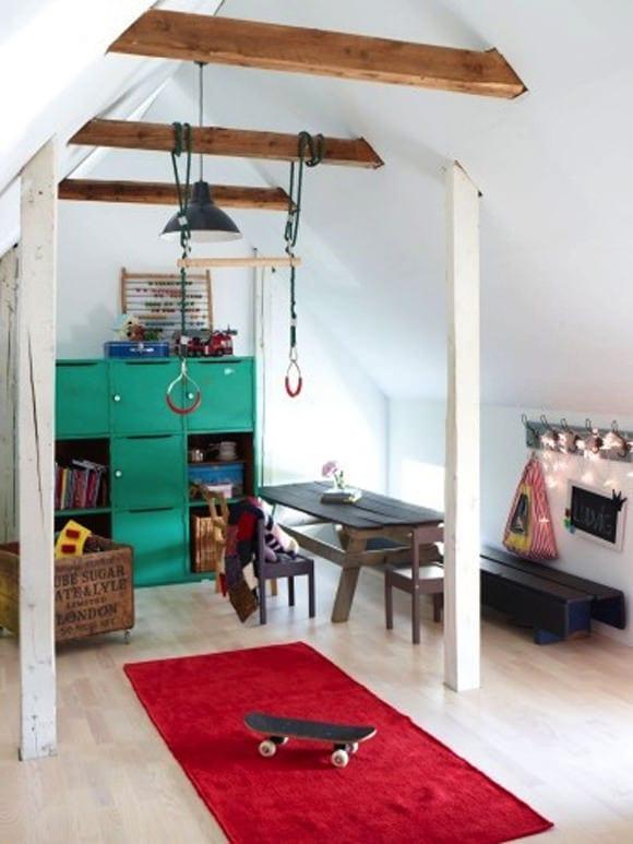 coole idee fürs kinderzimmer am dach mit schreibtisch holz und wandschrank grün