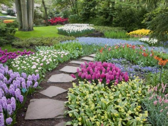landesgartenschau mit frühlingsblumen