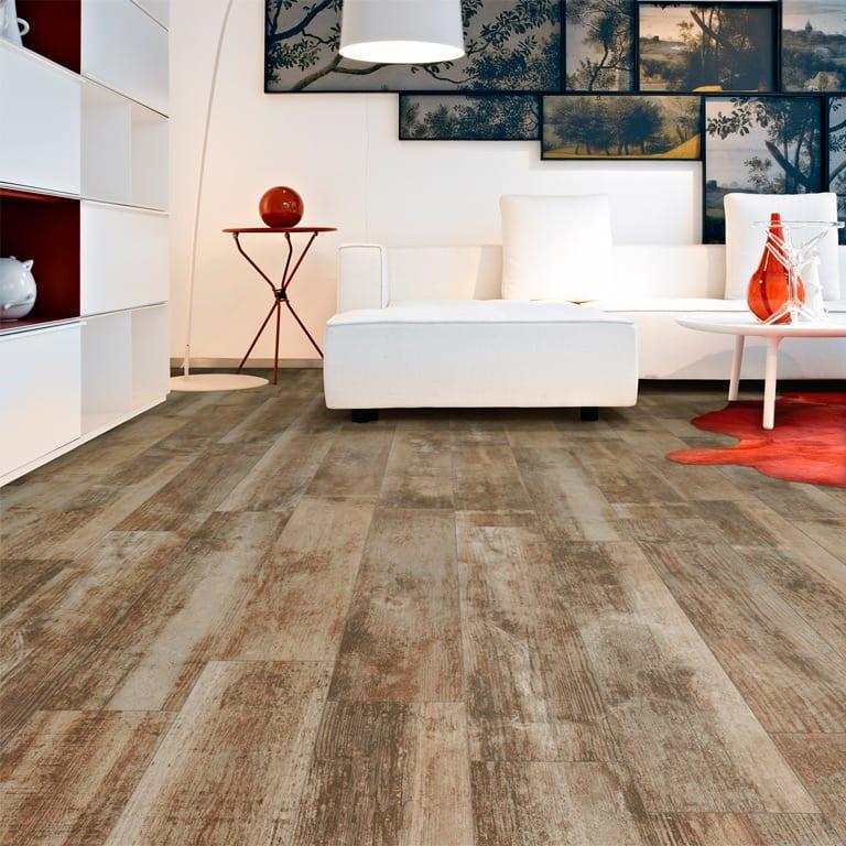 modernes wohnzimmer mit kreativer wandgestaltung aus schwarzen bilderrahmen und Polstersofa weiß mit  couchtisch weiß und teppich rot