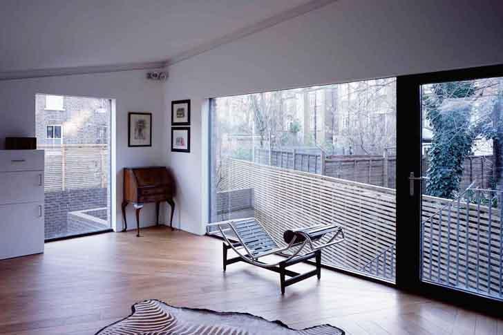 modernes Wohnzimmer Inspiration  einer Mezzanin Wohnung mit Treppe zum Garten
