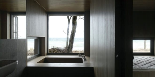 luxus badezimmer design mit holzverkleidung und badezimmerspiegel freshouse. Black Bedroom Furniture Sets. Home Design Ideas