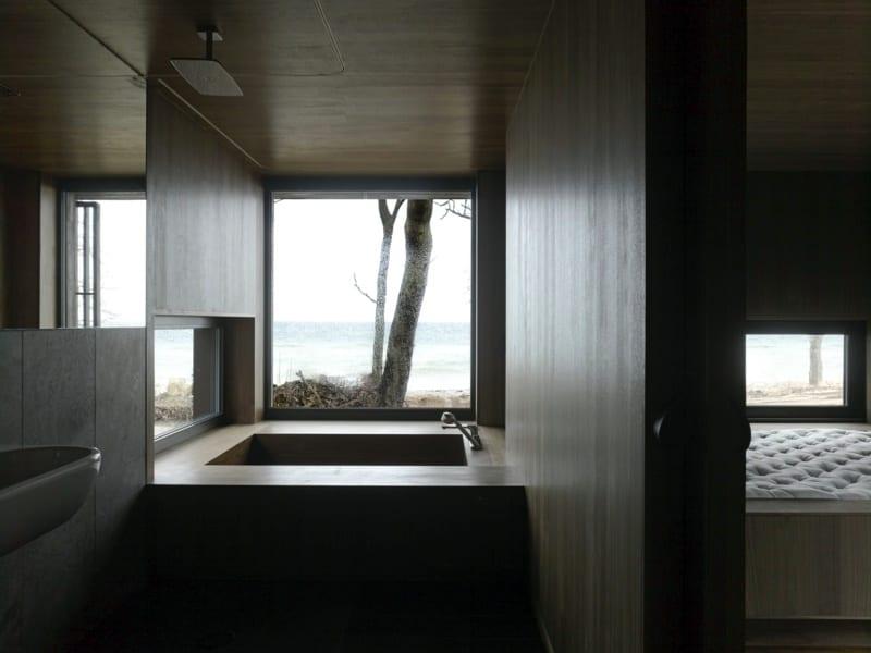modernes badezimmer holz mit eingebauter badewanne und panoramafenster