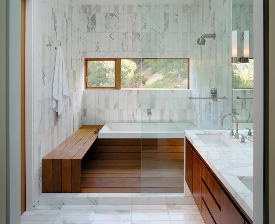 modernes badezimmer design mit holzbank und holzverkleidung der badewanne