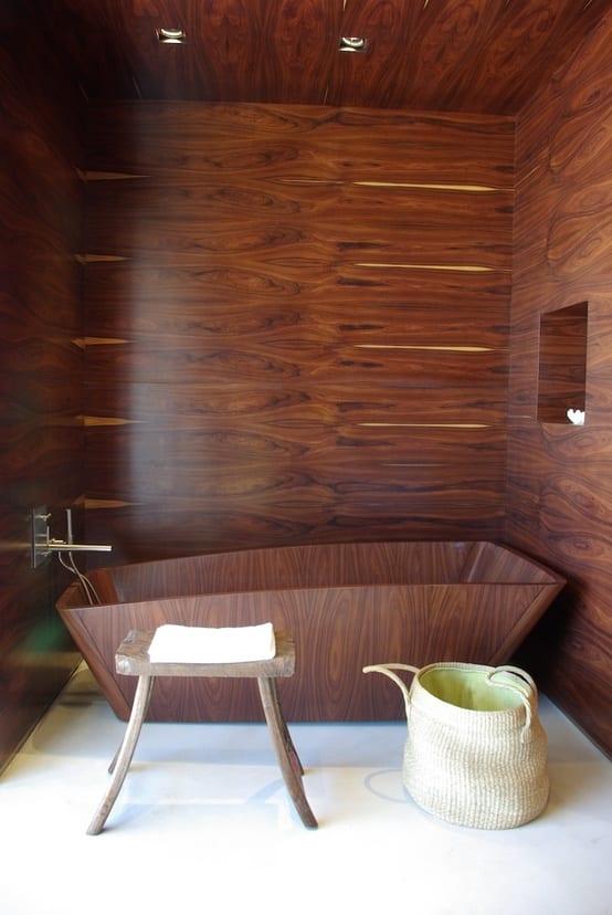 freistehende badewanne aus holz und coole badezimmer wandgestaltung aus holz