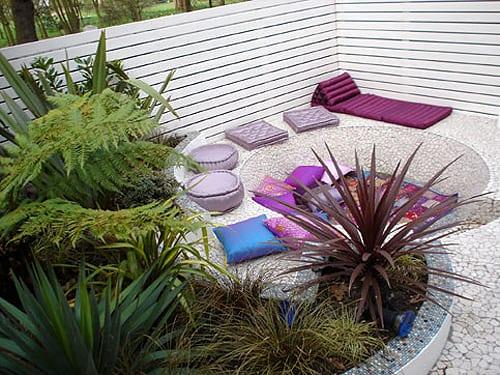 traumgarten mit kies und sitzkissen in violett und blau gestalten