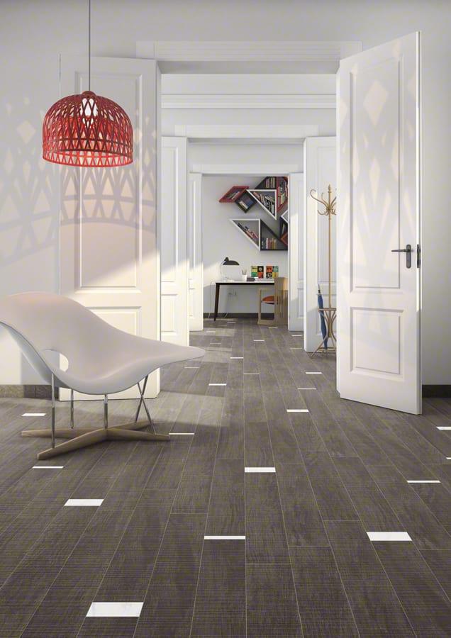 luxus Wohnzimmer und moderne Raumgestaltung in weiß mit Holzbodenfliesen und Pendellampe rot