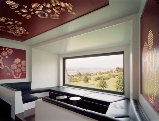 modernes Interior Design mit Raumdecke rot und Deckenbeleuchtung für Gastronomie