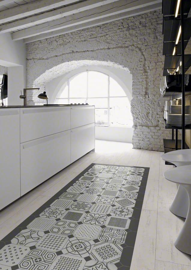 Einrichtung weißer Küche mit Bogenfenster weiß und modernen Bodenfliesen mit muster