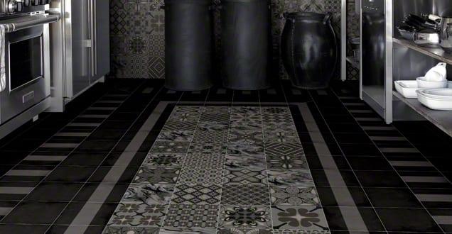moderne k che in schwarz einrichten mit schwarzen bodenfliesen mit muster freshouse. Black Bedroom Furniture Sets. Home Design Ideas