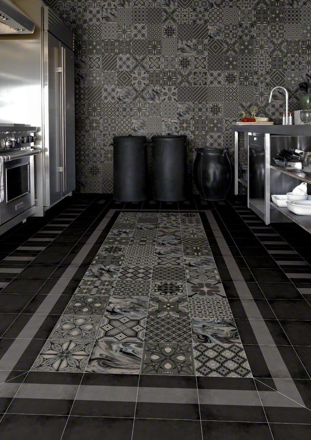 moderne küche schwarz mit wandfliesen und bodenfliesen in grau