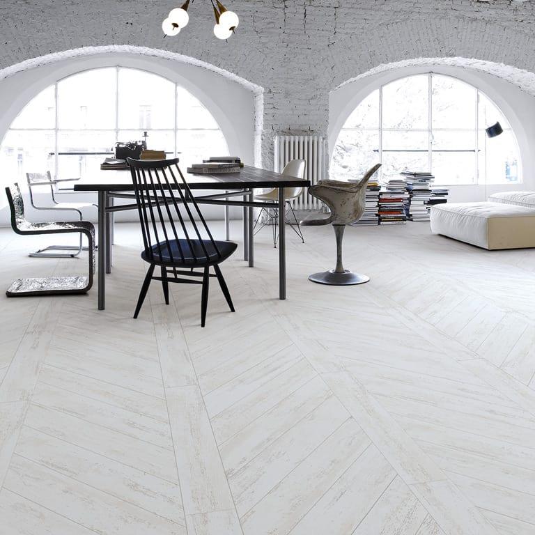 modernes wohnzimmer interior in weiß mit bogenfenstern und ziegelwänden