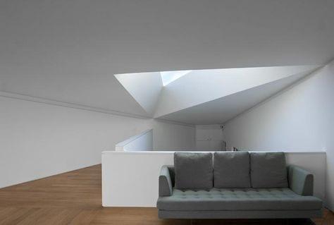 luxus Wohnzimmer Interior mit Laminatbodenbelag und modernem Sofa grau