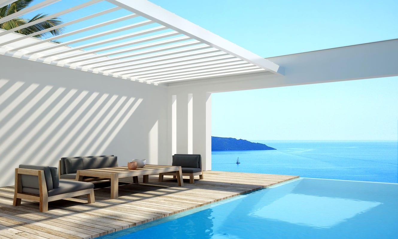 idee für moderne Terrassengestaltung mit Pool und Sonnenschutzlamellen weiß