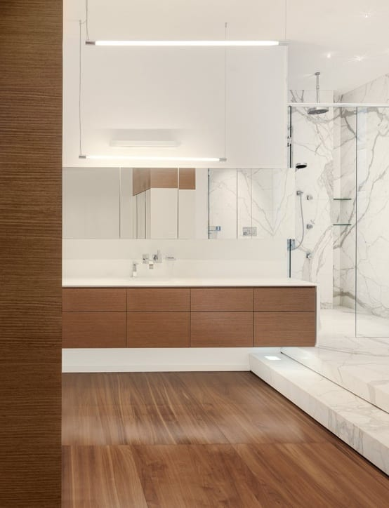 badezimmer wandgestaltung mit marmor und Pendelleuchten