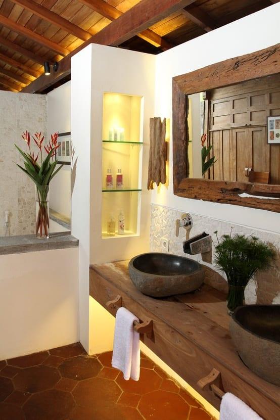 badezimmer gestaltung mit glasregalen und badezimmerspiegel mit holzrahmen
