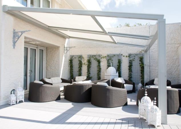 Terrassengestaltung in weiß mit Terrassenmöbeln Rattan und Sonnenbeschatung als Terrassenüberdachung weiß