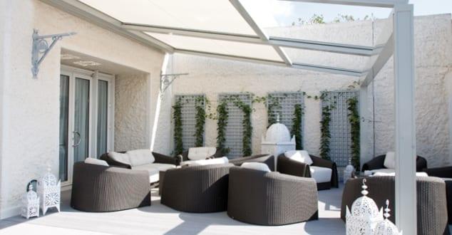 moderne terrasse mit sonnenschutz aus beweglicher markise wei freshouse. Black Bedroom Furniture Sets. Home Design Ideas