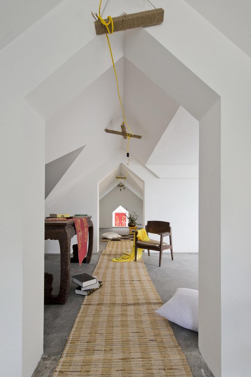 Dachraum Gestaltung mit teppichläufer und rustikale Holzmöbeln