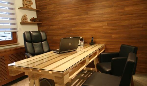 Schreibtisch aus Europaletten mit Glastischplatte selber bauen für Luxus Office Interior Design aus Holz