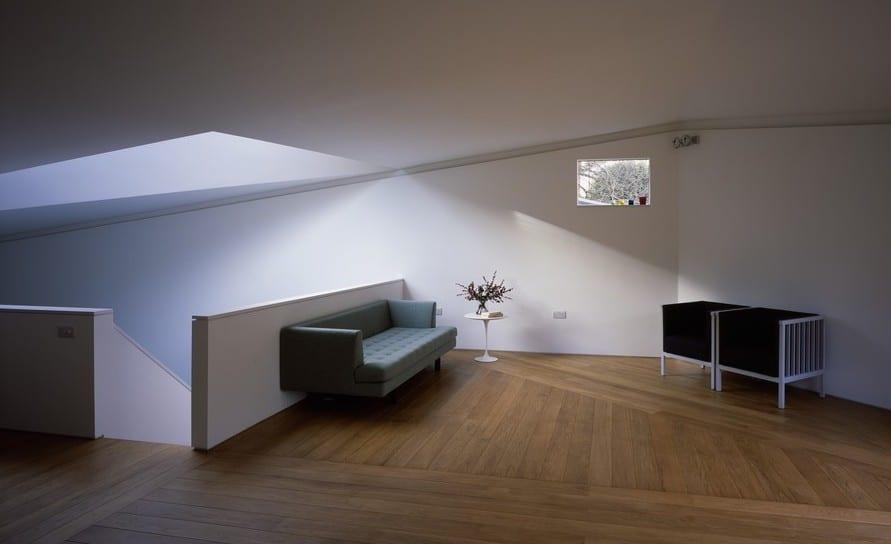 luxus wohnzimmer mit Oberlicht und modernem Interior design in weiß und  Holzboden mit Dreieckmuster