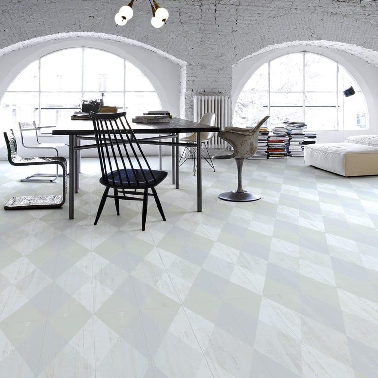 idee für moderne einrichtung einer loft wohnung mit weißem Interior und Esstisch Holz