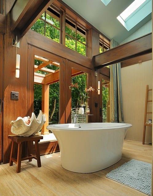 luxus badezimmer mit schrägdach und dachfenstern