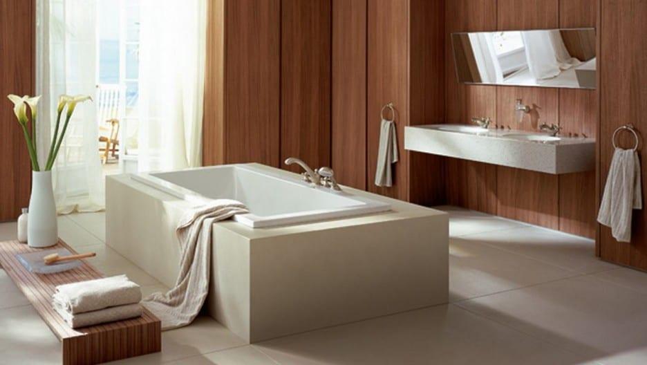 klassisches badezimmer design mit holzverkleidung und badewanne in der mitte