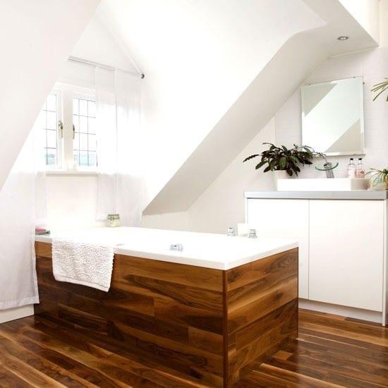 badezimmer holz mit holzboden und badewanne unter gaubenfenster