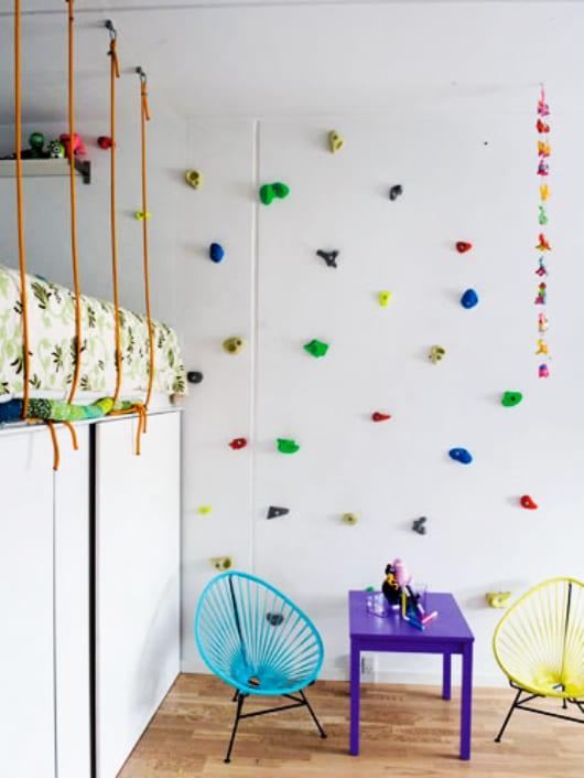 ideen kinderzimmer für kreative Einrichtung mit Loft-Bett und kindersesseln mit kindertisch lila