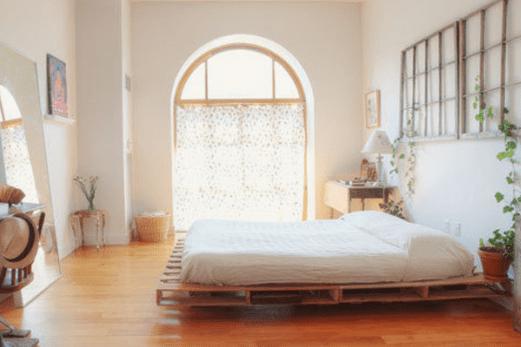 moderne schlafzimmergestaltung und wanddeko mit fenstergittern aus holz und zimmerkletterpflanzen
