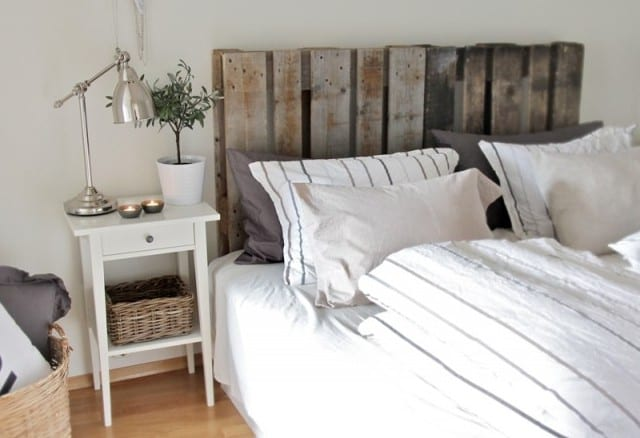 schlafzimmer mit palettenbett und DIY Kopfbrett aus grauen paletten