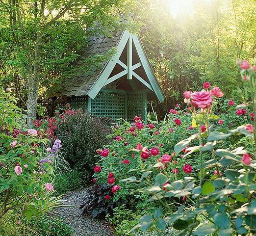 gartenlaube grün mit roten rosen als coole gartengestaltung