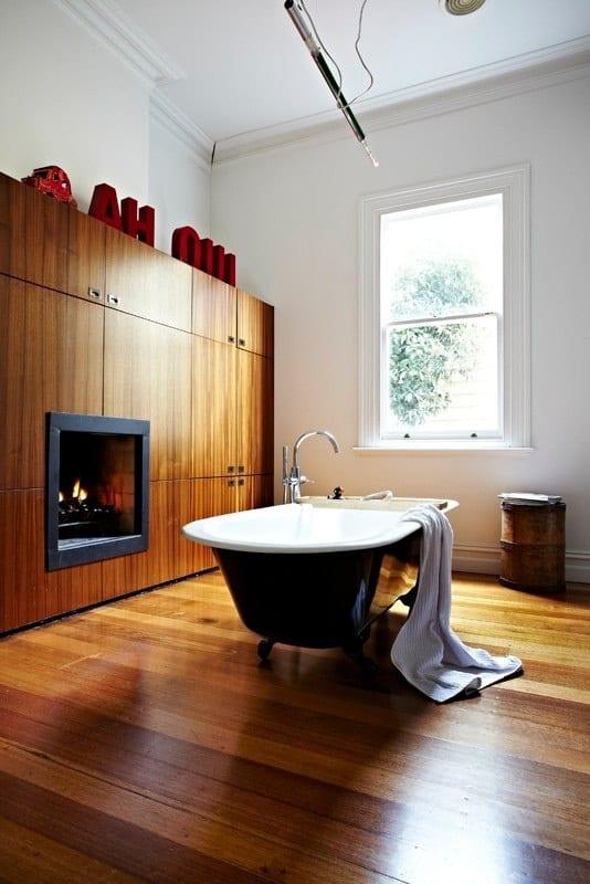 modernes badezimmer holz mit wandschrank und bodenbelag aus holz