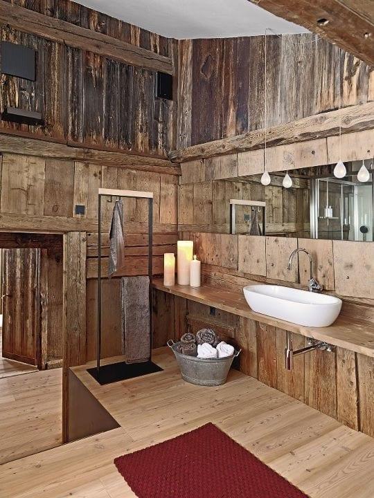 badezimmer holz rustikal mit echtholzverkleidung und pendelleichten für badezimmerspiegelbeleuchtung