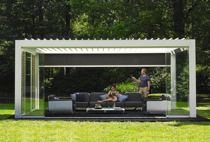 überdachte terrasse im garten mit flachen Sonnenschutzlamellen und  seitlichem Windschutz