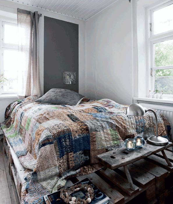modernes schlafzimmer interior mit farbgestaltung in weiß und grau und DIY Palettenbett