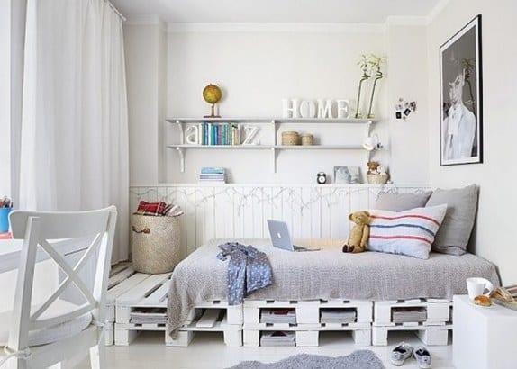 schlafzimmer weiß mit DIY Palettenbett und Wandverkleidung als Wanddeko mit Leuchten