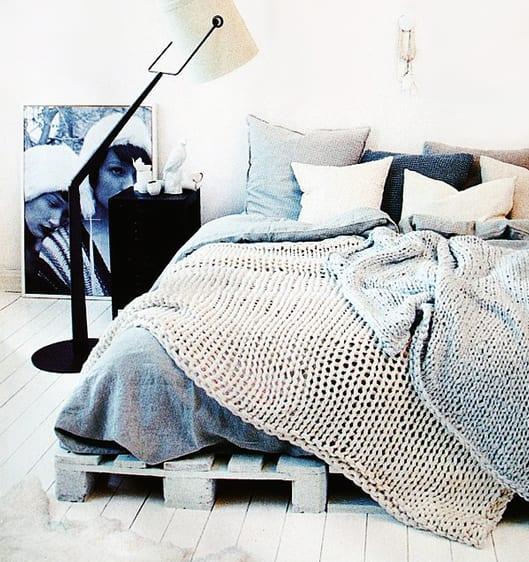 modernes schlafzimmer interior design mit palettenbett und betwäsche grau und bett dekorieren mit strickbettdecken