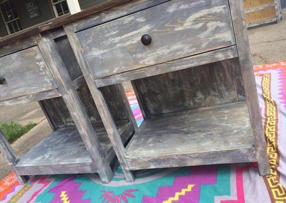 schlafzimmer gestalten mit rustikalen nachttischen aus holz