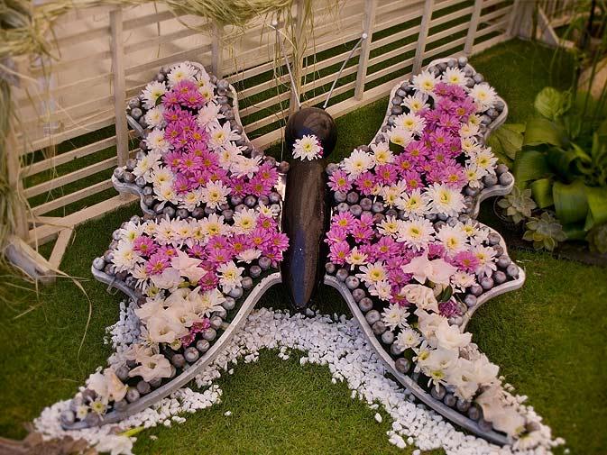 DIY Gartendeko mit Kies und Chrysanthemen
