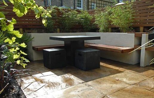 sitzecke im garten als gartenbank aus holz mit gartentisch und gartenhockern schwarz freshouse. Black Bedroom Furniture Sets. Home Design Ideas