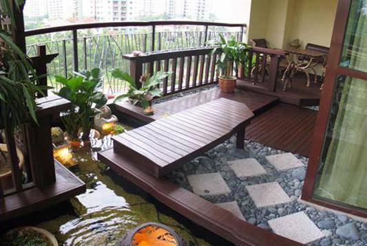 terrassengestaltung mit gartenbank und wassergarten als traungarten