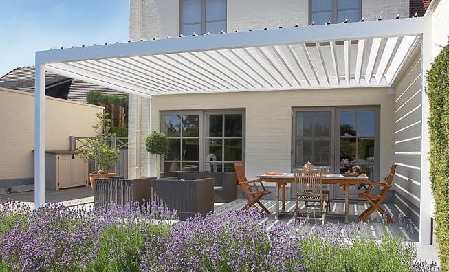 coole idee für überdachte terrasse und beschattung mit sonnenschutzlamellen