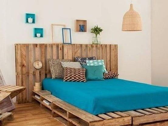 schlafzimmer interior mit europaletten und bettwäsche blau