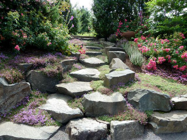 steingarten mit treppestufen aus flachen natursteinen