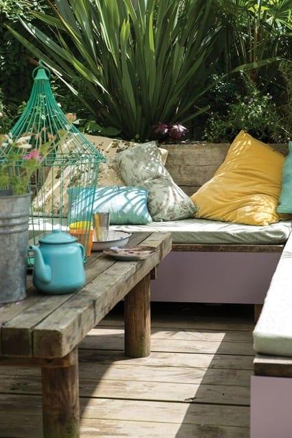 Sommerwohnzimmer draußen im garten